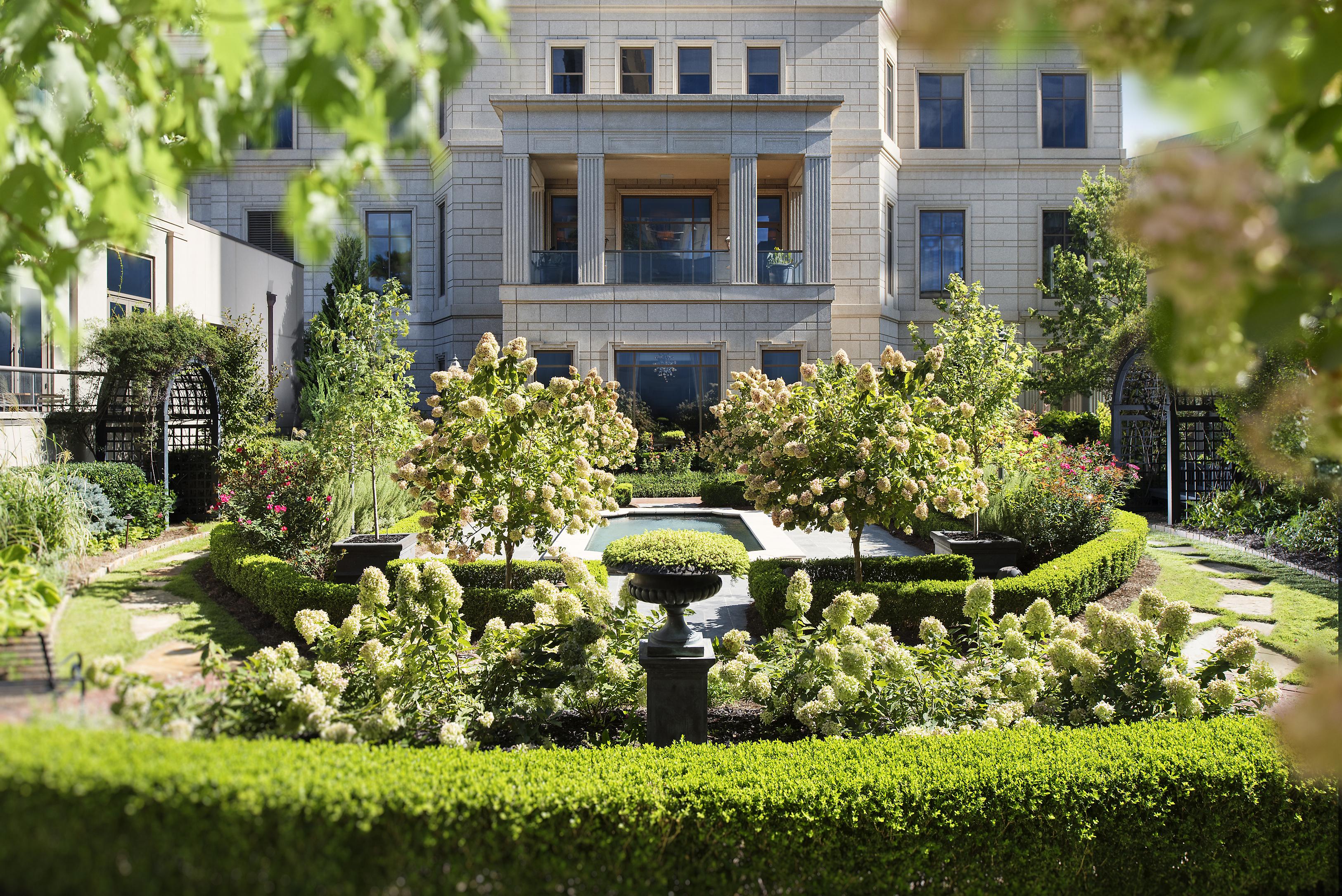 atlanta-14-hotel-exterior-english-garden
